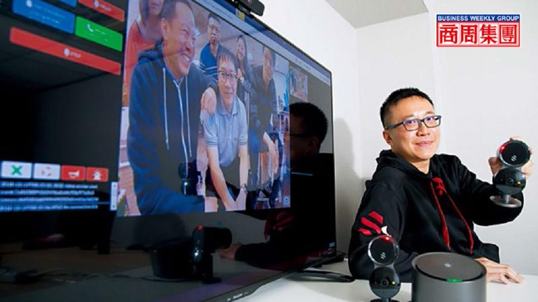 陳昭穎展示團隊設計的AI居家安全監控系統,監控螢幕畫面中為Deep Sentinel台北辦公室6位成員。圖/商業周刊 【商周】台產工程師攻矽谷 貝佐斯、阿里搶投資