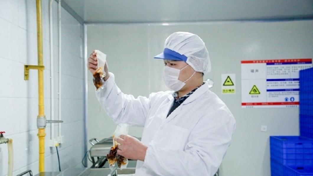 品兔師一名要嗑2千顆兔頭,他形容口感猶如神戶牛肉、鮑魚和法式鵝肝。(圖/翻攝自微博)