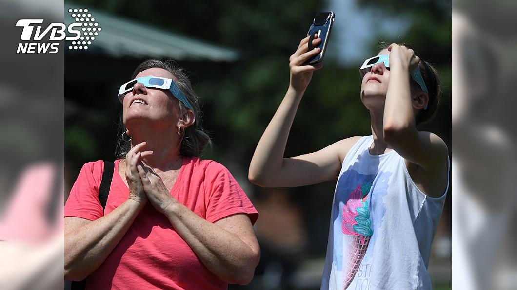 由於日食發生時,太陽亮度仍然很強,民眾務必準備適當的遮減光器具才能觀看。示意圖。圖/TVBS 日偏食6日登場!「這些地區」才看得到