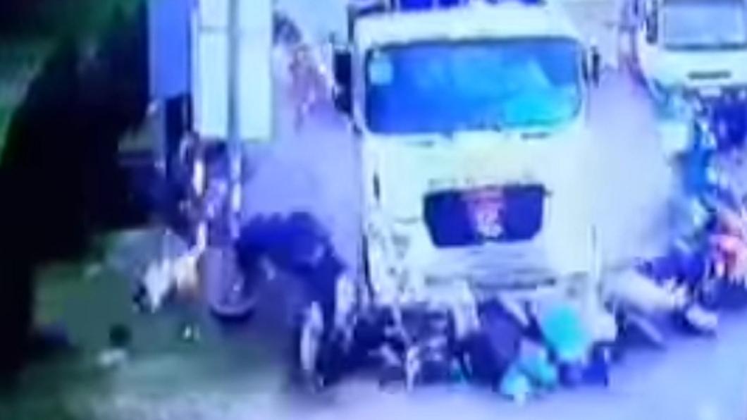 日前越南一輛貨櫃車失控撞倒21輛機車。圖/翻攝自Tien Coi Bình Duong YouTube