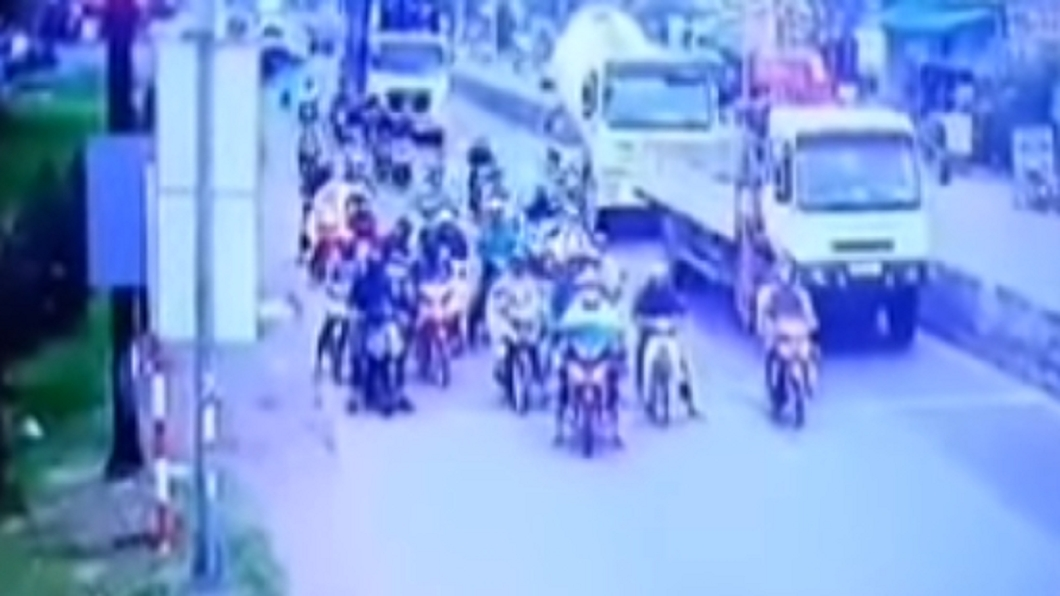 日前越南一輛貨櫃車失控撞倒21輛機車。圖/翻攝自Tien Coi Bình Duong YouTube 貨櫃車失控如保齡球 撞飛21機車血肉噴濺