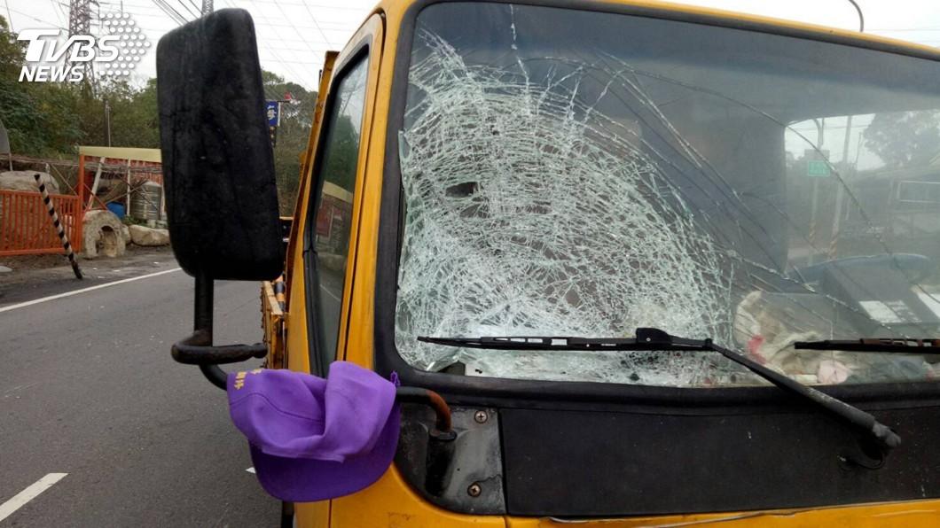 圖/中央社 工程車高速衝撞 6旬拾荒老翁被撞飛倒臥路旁
