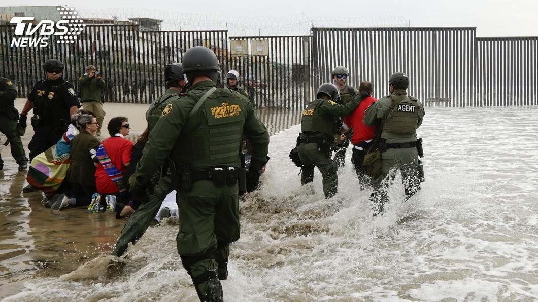 圖/達志影像美聯社 美邊防對中美洲移民動武 墨西哥籲調查