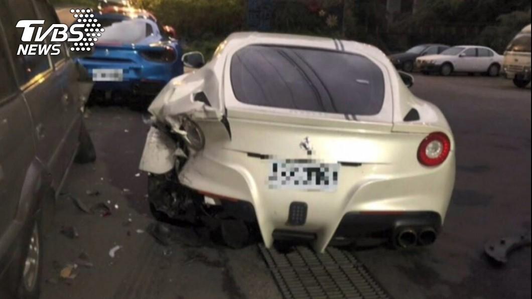 日前一名年輕男子開車送貨時,不慎撞上路邊法拉利,其中以白色這輛受損最為嚴重。(圖/TVBS) 孝子撞法拉利…天價維修費得17年不吃喝?名醫說話了