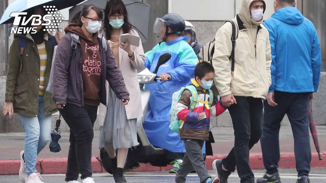 圖/TVBS 快訊/出門帶傘穿外套! 鋒面襲會下雨明天變冷