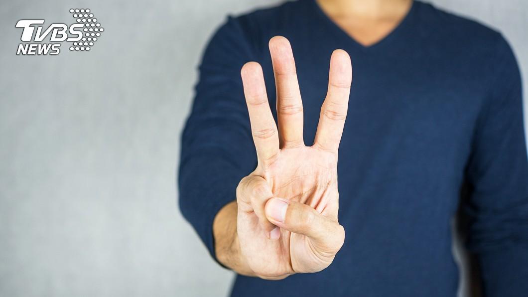 示意圖/TVBS 驚!阿伯手指「異樣不透光」 竟意外曝肺癌末期