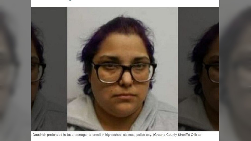 一名32歲的婦人假扮高中妹混入校園上課,警方將她逮捕並追查動機。(圖/翻攝自Fox 32) 想念校園生活?32歲婦假扮學生妹 返校念書遭警逮