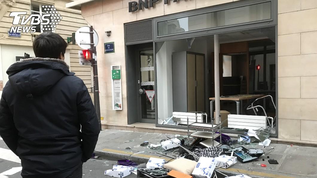 部分群眾在國民議會附近砸破銀行櫥窗,把辦公室桌椅、電腦、文件散落到路上。(圖/中央社)
