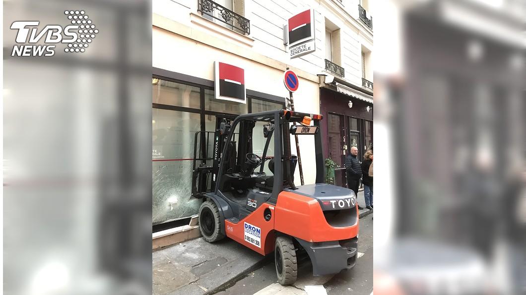 法國「黃背心」運動,部分群眾在國民議會附近,以堆高機撞破銀行玻璃牆。(圖/中央社)