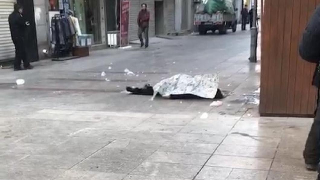 大陸秦皇島一名婦人遭高空墜落的冰塊砸死。圖/翻攝自《河北青年報》 絕命終結站?婦人遭天降「冰塊」當街爆頭慘死
