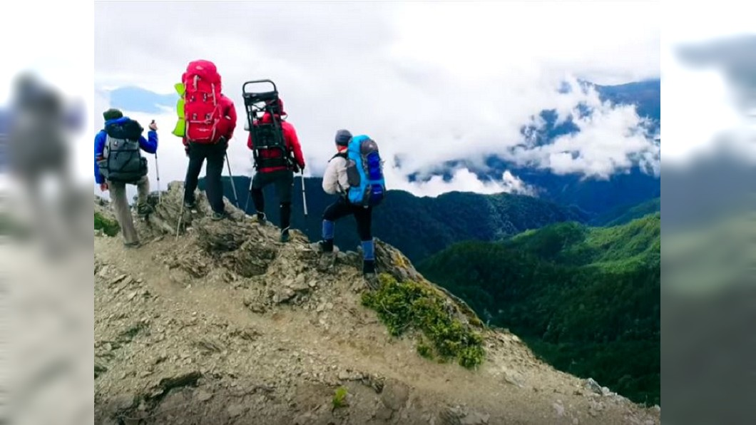 一群愛山的人將救命裝備加壓艙送上山。圖/翻攝自YouTube - 送加壓艙上高山 被笑憨人痴做夢 一群愛山人花3年揹救命艙上山