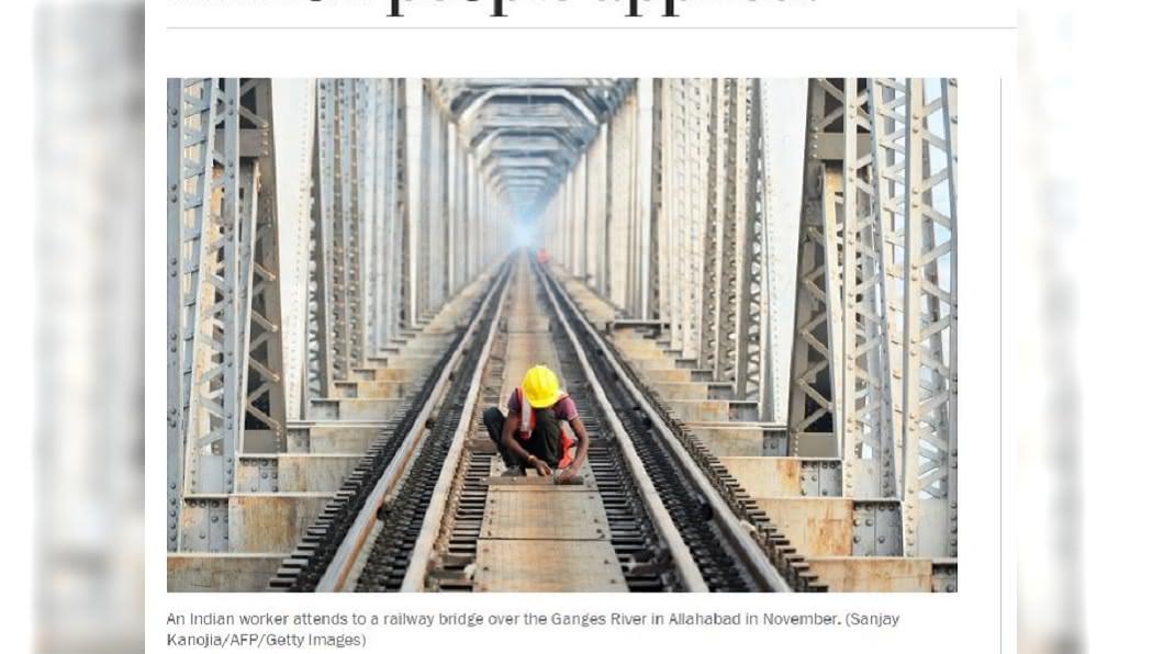 印度國營鐵路公司去年開出6萬3000個職缺,卻吸引1900萬人來應徵。(圖/翻攝自《華盛頓郵報》) 印度這公司月薪僅8千 竟吸1900萬人搶6.3萬職缺