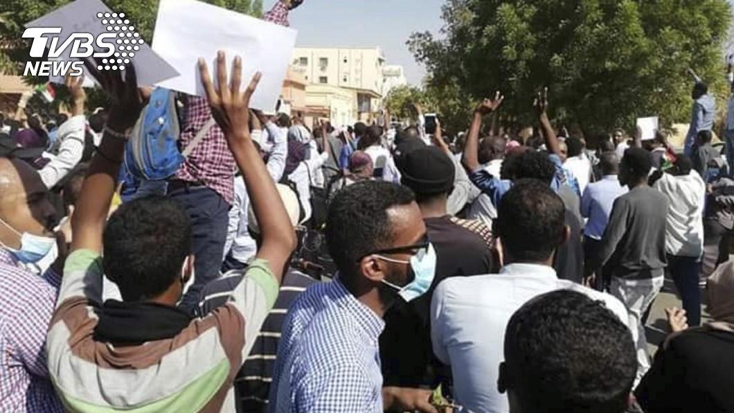 發起反政府抗議的團體上街遊行到總統府。圖/達志影像美聯社 物價上漲 蘇丹反政府示威再上街頭