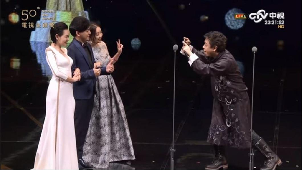 黃子佼、小S和曾寶儀在第50屆金鐘獎頒獎典禮上一起合照。(圖/翻攝自YouTube)