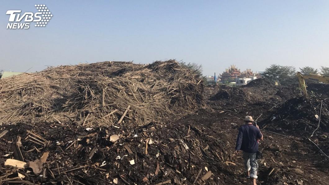 圖/中央社 堆置場悶燒數日居民難忍 高市環保局開鍘