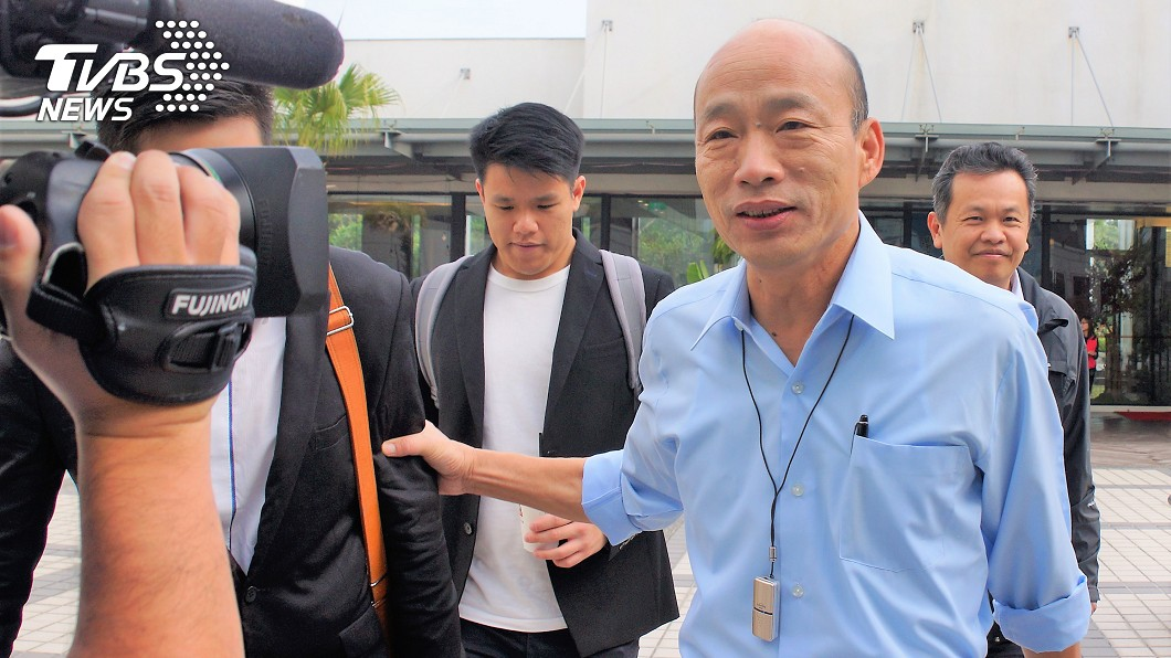 韓冰拜託媒體幫忙盯著爸爸佩戴。圖/中央社