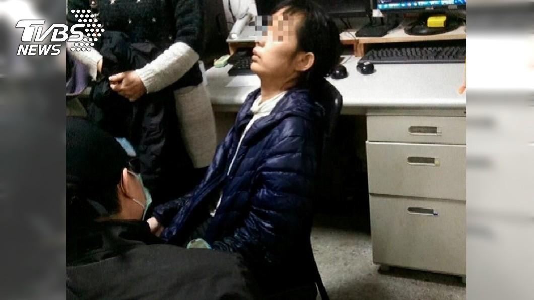 警方在發現機車的下游100多公尺處,發現老婦在橋下等待救援。圖/TVBS