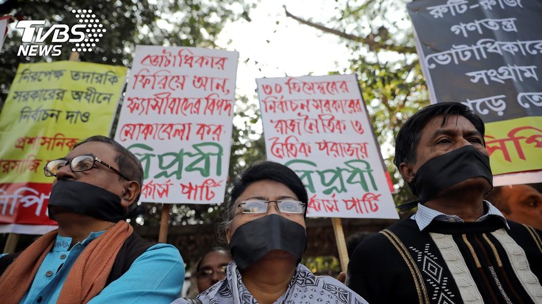 民眾聚集在國會前,抗議這次的選舉。圖/達志影像路透社