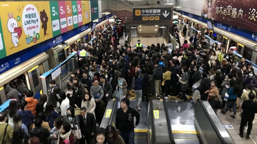 台北捷運板南線今早傳出行駛狀況。圖/翻攝自PTT 北捷板南線塞爆!列車急煞「1400人」西門站被請下車