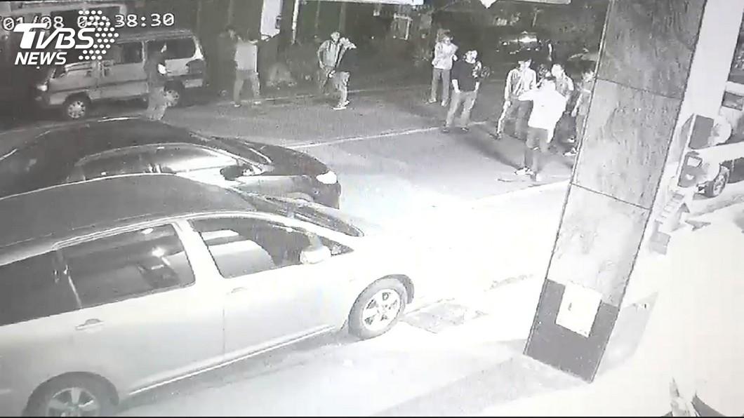 圖/TVBS 酒後口角相約談判 惡男街頭開槍示威
