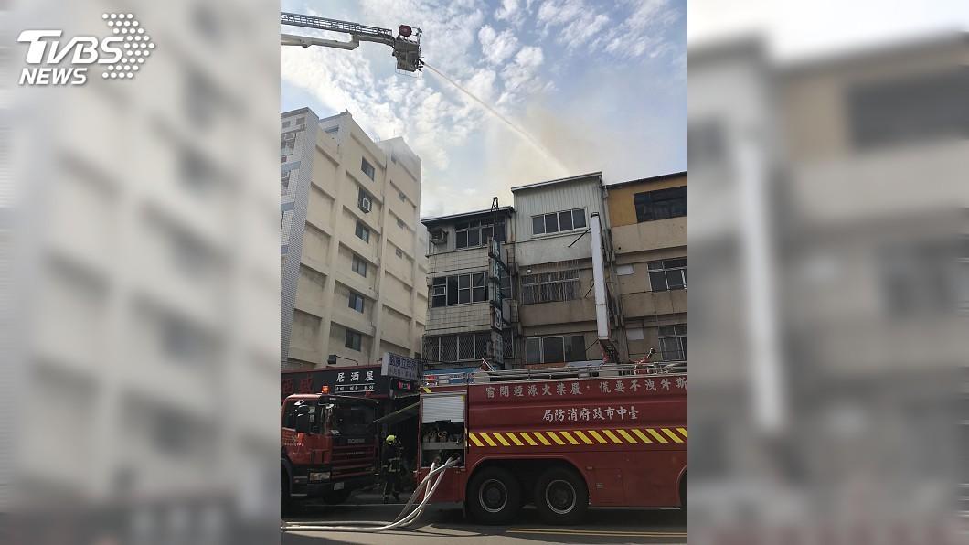 圖/中央社 台中住宅頂樓加蓋鐵皮屋起火燃燒 2傷送醫