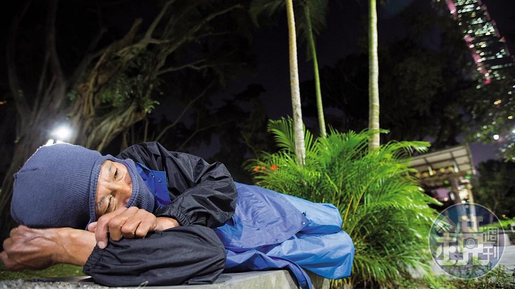 謝姓老翁擁有千萬家產,卻因子女關係破裂而睡公園。圖/鏡週刊