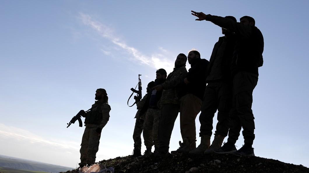 伊斯蘭國聖戰分子在敘利亞東部發動攻擊。圖/達志影像路透社 伊斯蘭國敘利亞東部發動反擊 造成32死