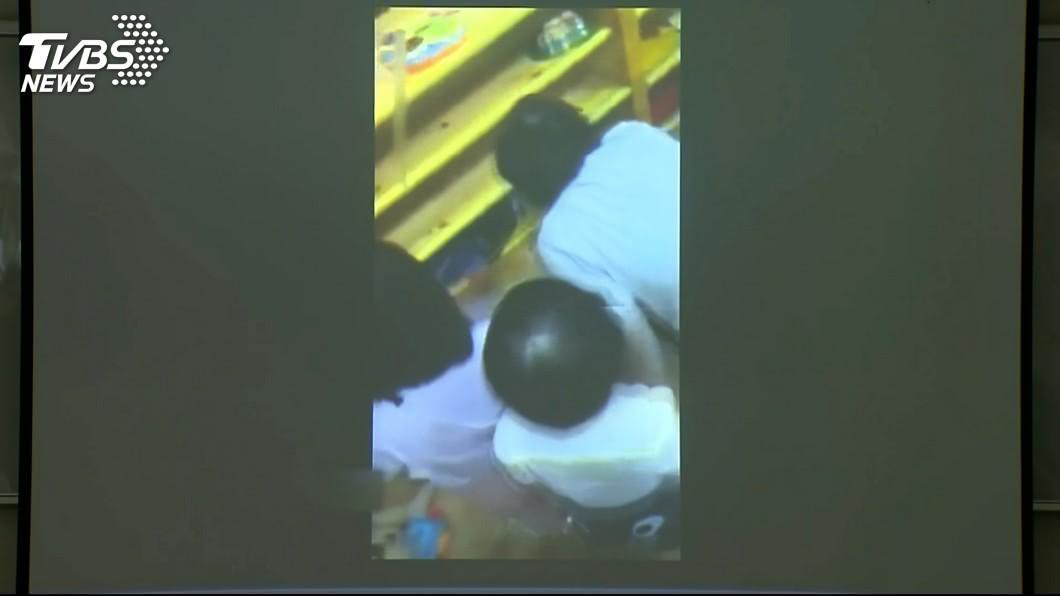 托育人員竟將幼童塞進櫃子裡,引起其他小朋友圍觀。圖/TVBS