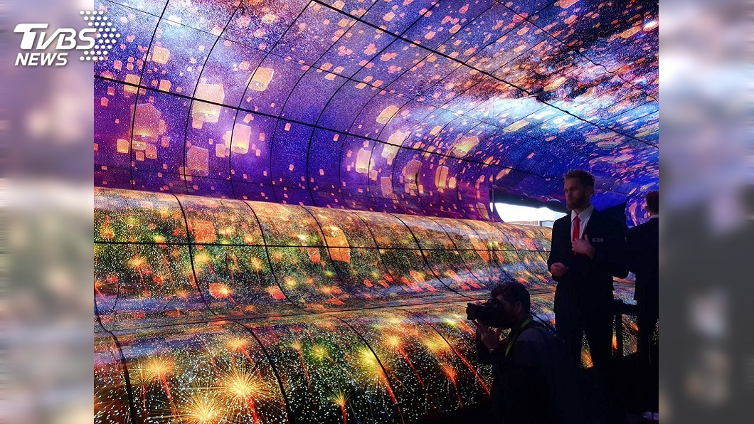 美國消費性電子展(CES)登場,LG打造巨型波浪螢幕 吸睛。圖/中央社