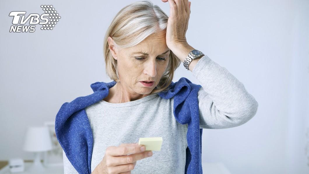 從臨床上的數據中,女性罹患失智症機率比男性高。示意圖/TVBS 女性「太長壽」易患失智? 醫師曝4大因素