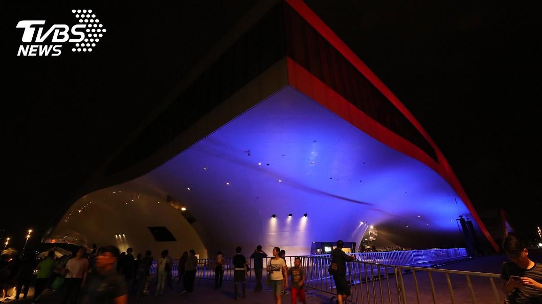 位在高雄的衛武營,夜晚的景色也是相當美麗。圖/中央社