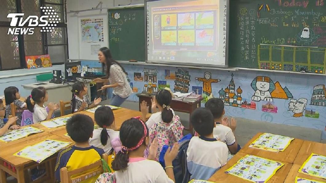 求學時期,每個人都有當過值日生的經驗。(示意圖/TVBS) 教室內「最廢設施」…網友一致推它:吸不乾淨又很吵