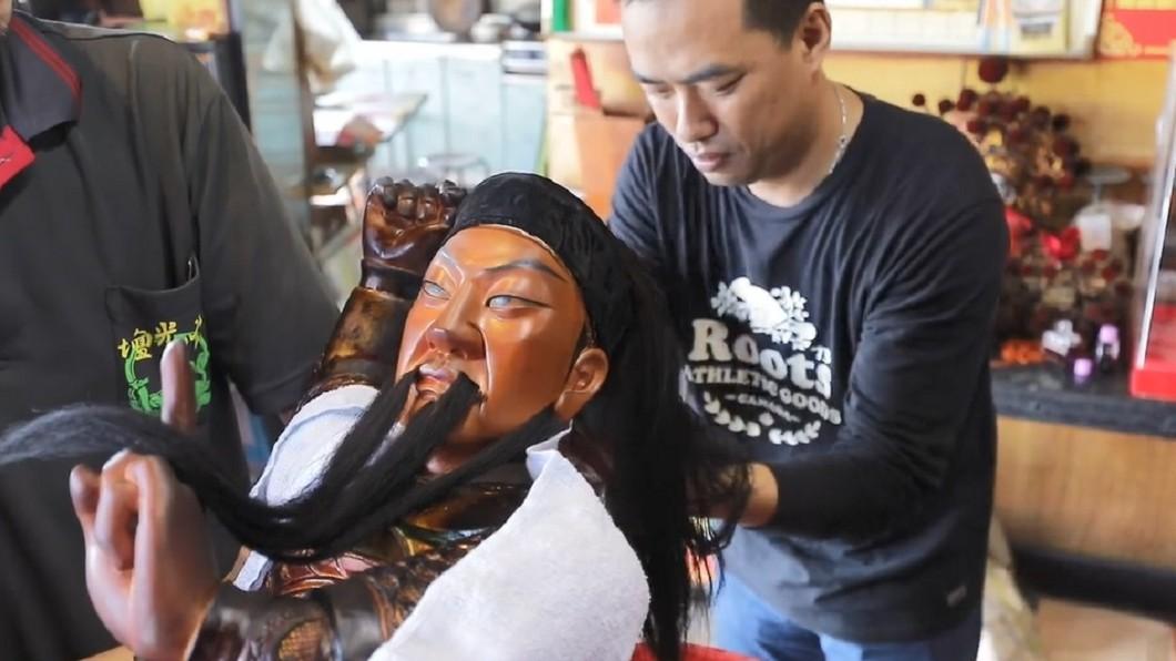 神明洗頭的影片,讓許多網友大開眼界。圖/臉書「藝鏡源的咚咚鏘」授權