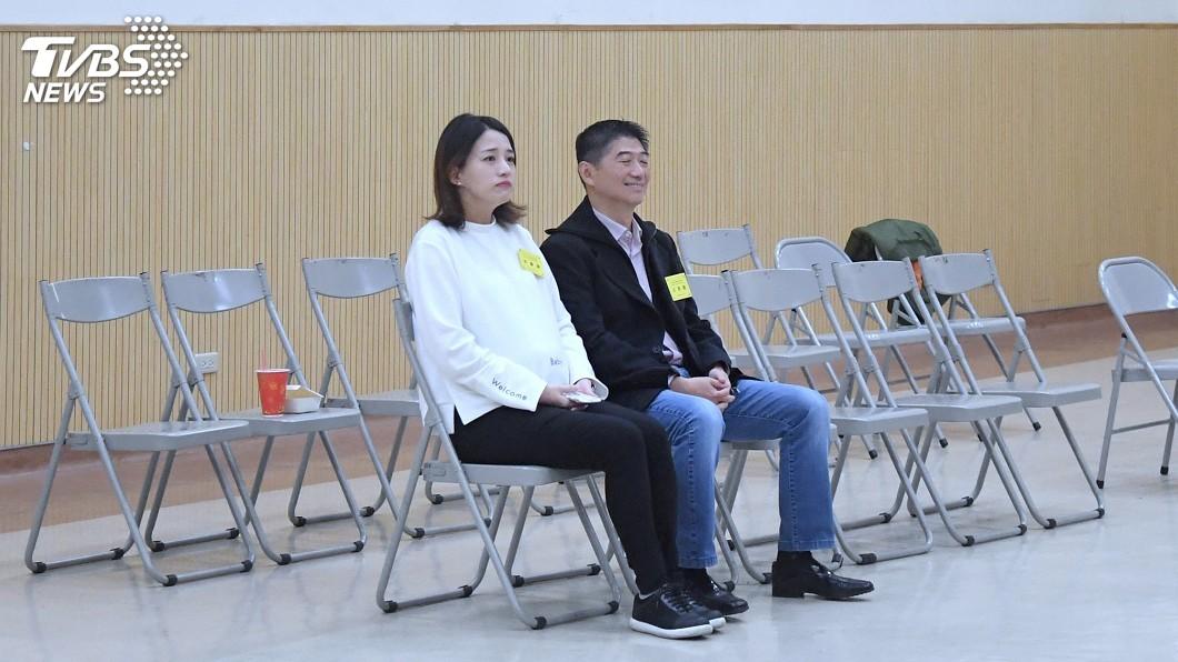 國民黨台北市 立委補選候選人陳炳甫(右)抽到4號。陳炳甫懷孕的 妻子也陪同出席。圖/中央社