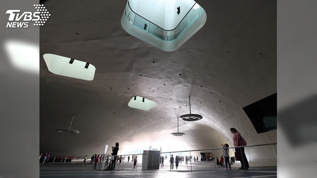 衛武營館內有常設的展覽空間,規劃有五百坪的商業空間,有餐飲、有文創店舖,吸引不少民眾前來參觀。圖/中央社