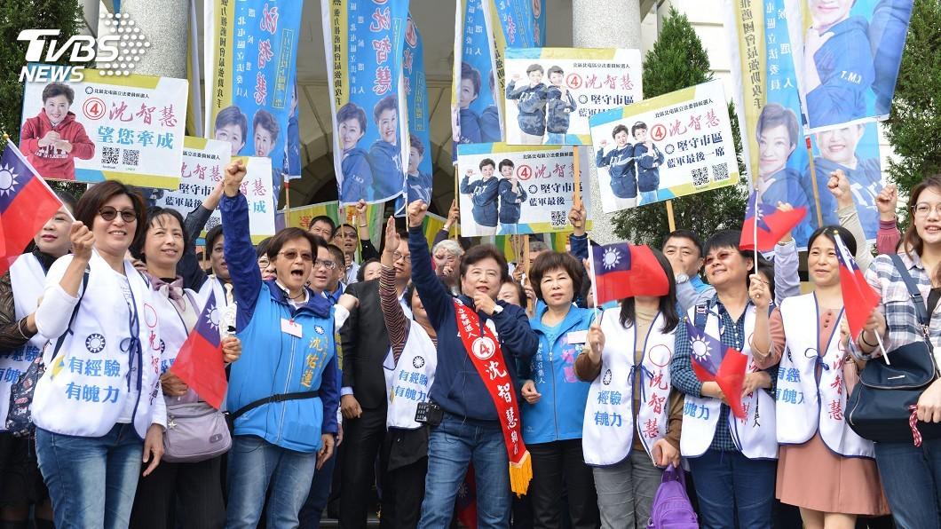 國民 黨候選人沈智慧(前中)由支持者陪同前往抽籤,抽中4號。圖/中央社
