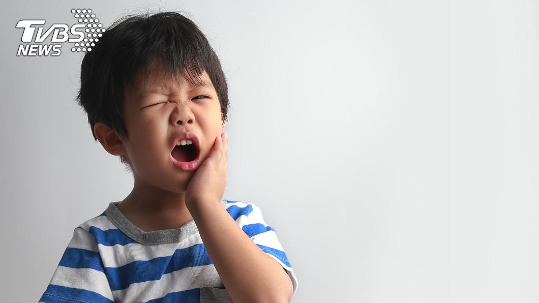 幼童蛀牙別輕忽,嚴重恐會引發蜂窩性組織炎,相當危險。示意圖/TVBS 5歲童左臉腫成豬頭 輕忽蛀牙恐引發敗血症