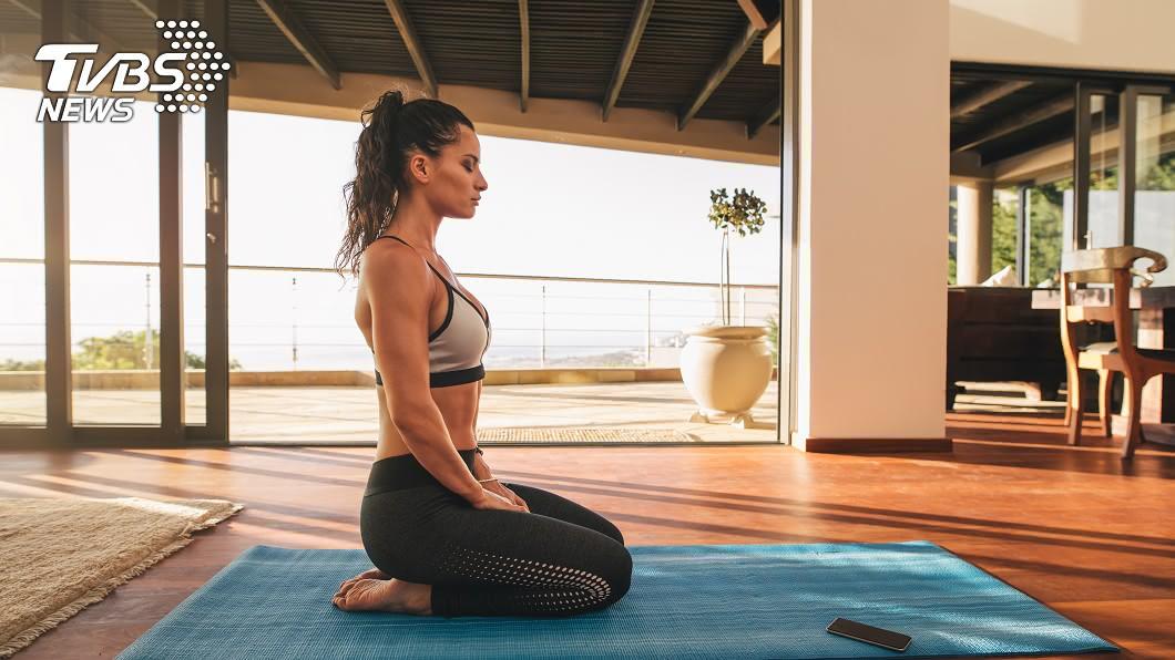 飯後先別急著坐下,跪坐有助於血液循環,提高身體代謝功能,減少脂肪堆積。示意圖/TVBS
