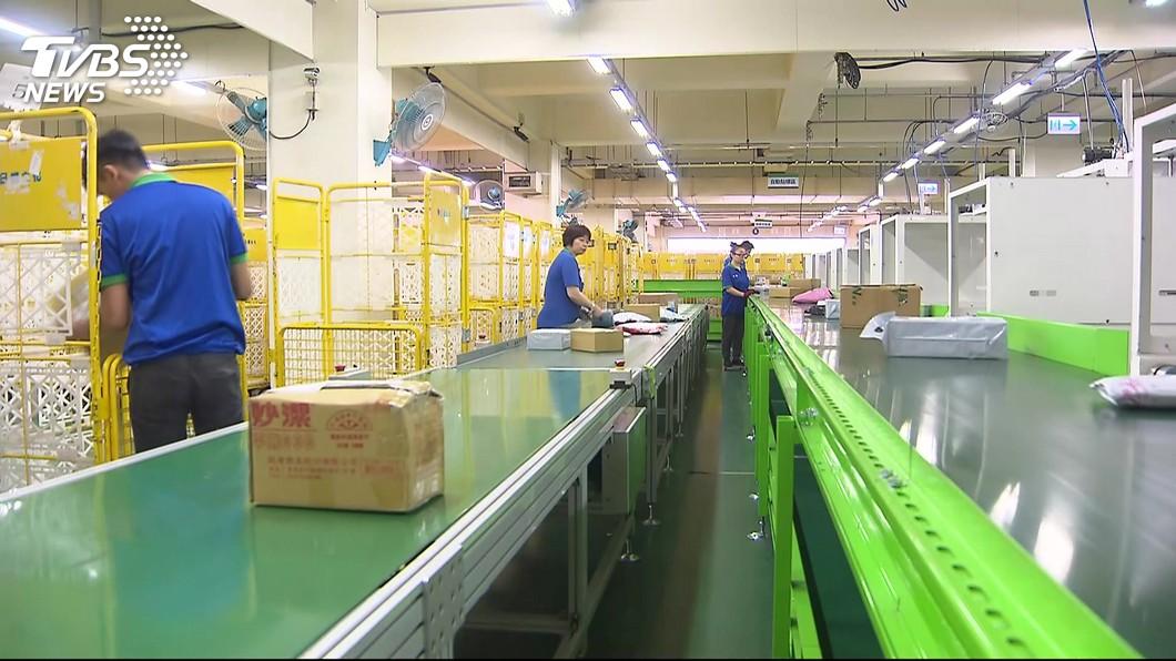 快遞人員和郵差的工作都十分辛苦,常常忙得不可開交。(示意圖/TVBS) 14年漏送2.3萬件包裹 女送貨員:懶得送就帶回家