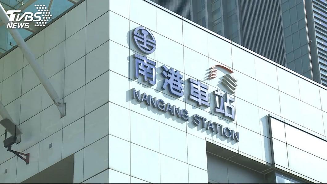 圖/TVBS 台鐵南港站驚傳落軌 女遭列車撞擊命危送醫搶救