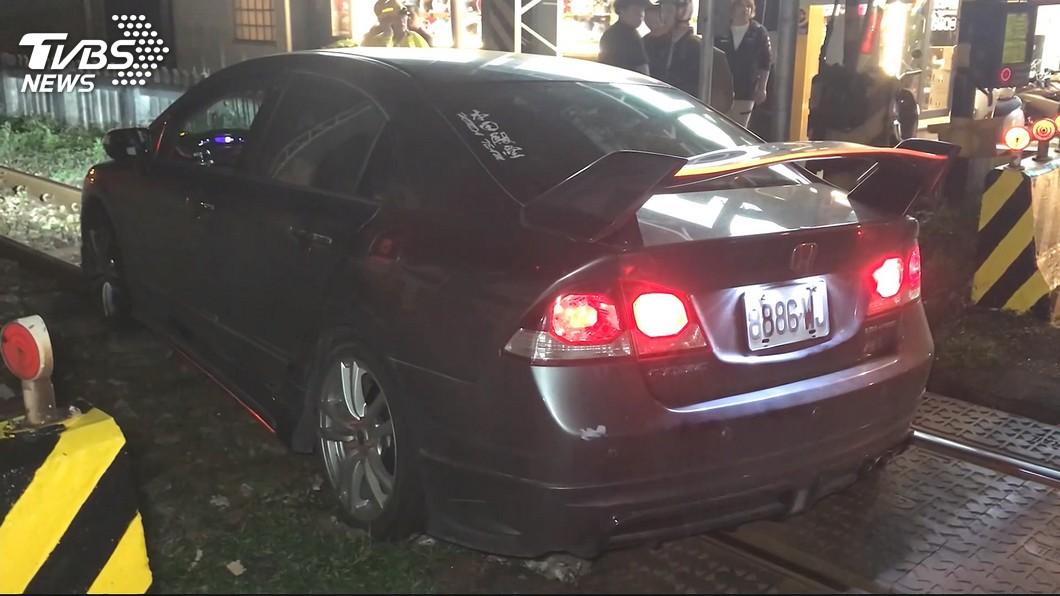圖/TVBS 疑對向車遠燈刺眼! 轎車失控衝鐵軌卡住