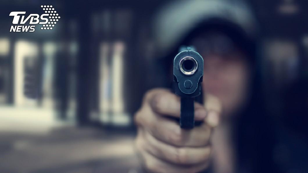 示意圖/TVBS 4槍擊斃小三!正宮完事路邊喝啤酒 淡定等警察抓