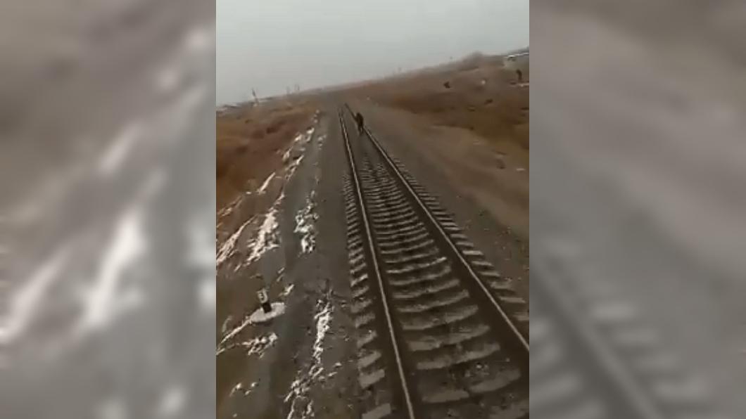 烏茲別克一名少年戴耳機走在鐵軌上,遭後方駛來的火車輾斃慘死。圖/翻攝自Эхо Узбекистана臉書 少年戴耳機「漫步」鐵軌 遭火車輾爆慘死