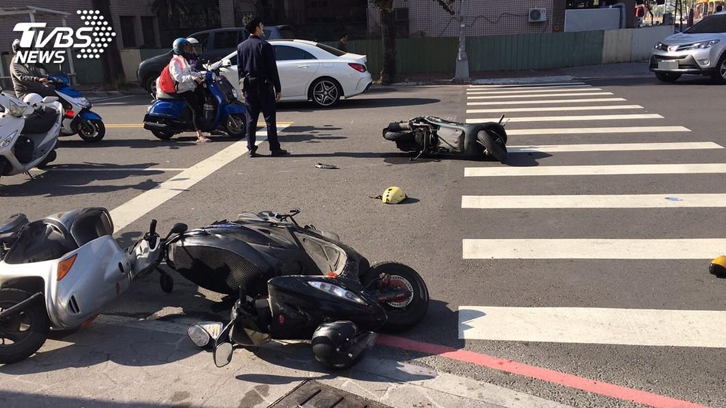 圖/中央社 小黃司機誤踩油門撞6車 7輕傷幸無大礙