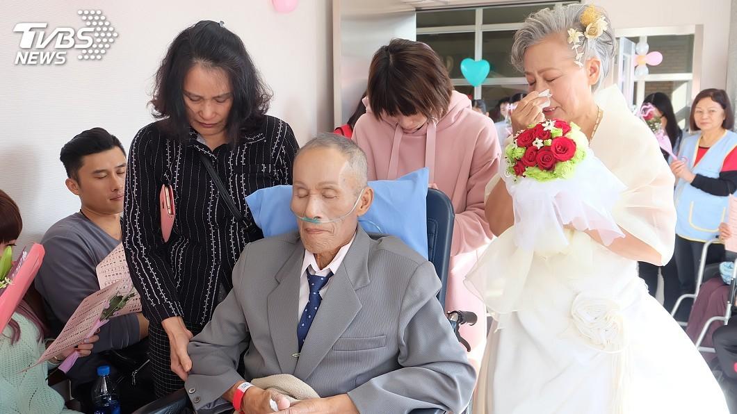 圖/中央社 相伴20餘年!癌末阿公圓夢 醫院內完婚笑中帶淚