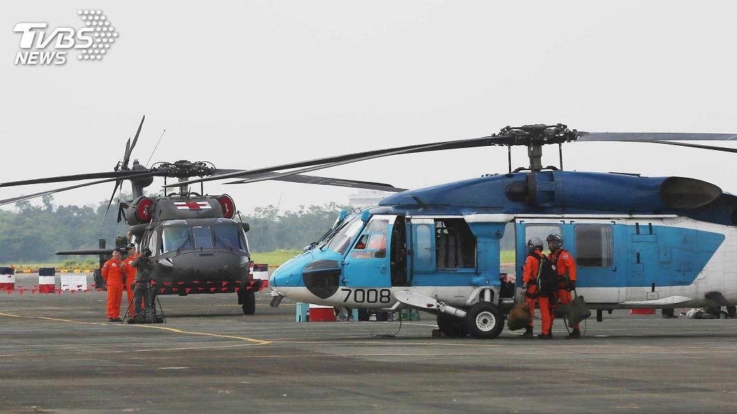 空軍嘉義基地民國107年8月營區開放時,是S-70C(前)最後一次以現役姿態與民眾見面;UH-60M黑鷹直升機(後)也已漆上紅十字圖案,象徵接掌空軍救援任務。圖/中央社