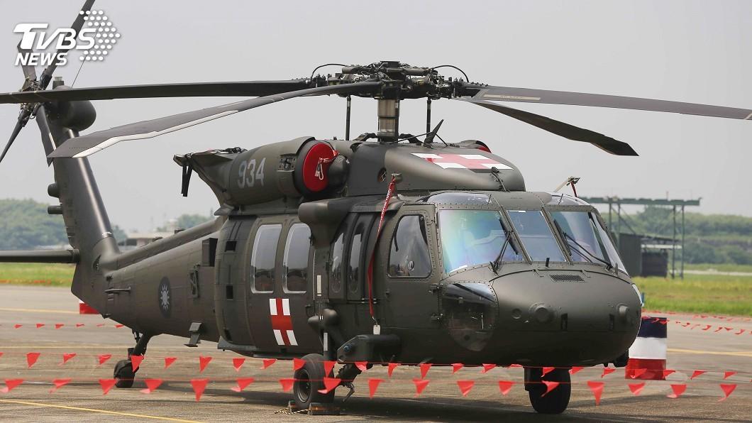空軍嘉義基地民國107年8月營區開放時,是S-70C最後一次以現役姿態與民眾見面;UH-60M黑鷹直升機(圖)也已漆上紅十字圖案,象徵接掌空軍救援任務。圖/中央社 黑鷹替代空軍S-70C 最後7架12日抵高雄港