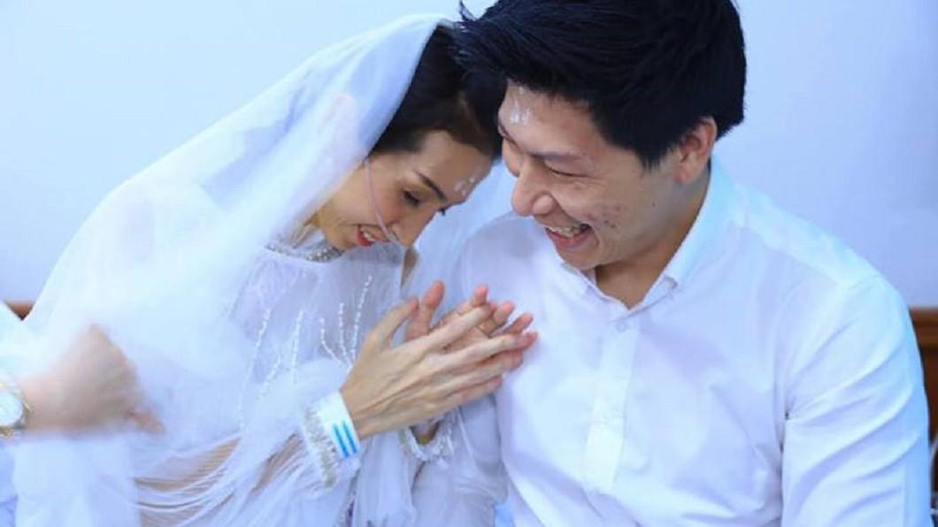 泰國情侶病房完婚,但近日傳出噩耗。圖/泰國網臉書 堅持娶癌末女友!淒美病房婚禮才落幕...結局揪心