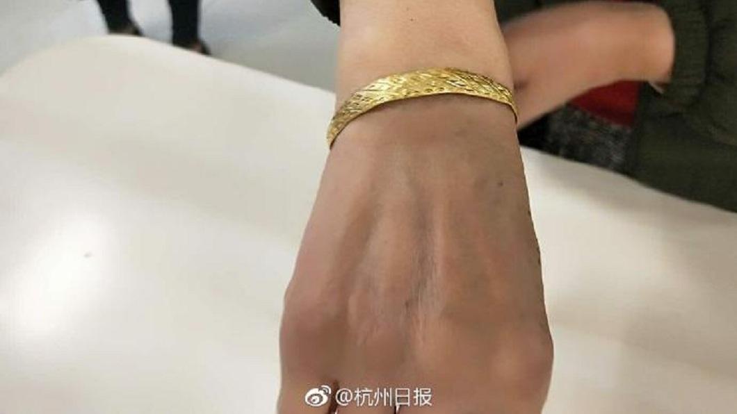 杭州一名清潔工,日前在路上撿到一只金手鐲送交警局。(圖/翻攝自微博) 撿到金手鐲失主送紅包感謝 清潔員霸氣拒收:我有4套房