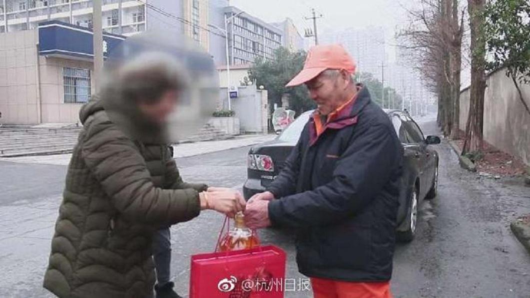 事後金鐲子的失主包紅包和準備禮物送給這名清潔員。(圖/翻攝自微博)